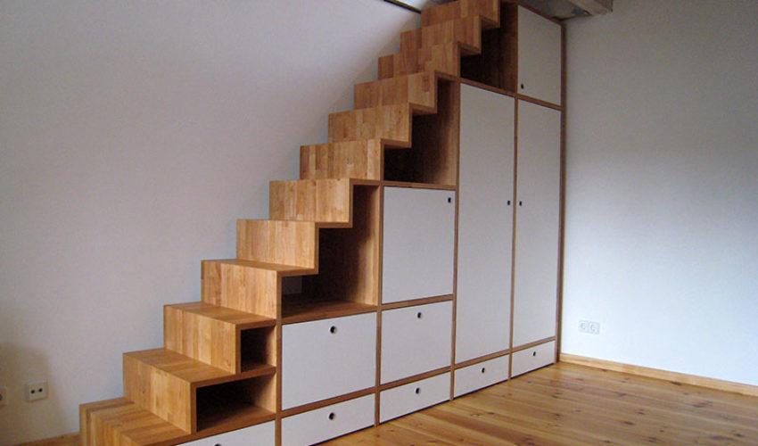 Treppenregal zum Dachzimmer
